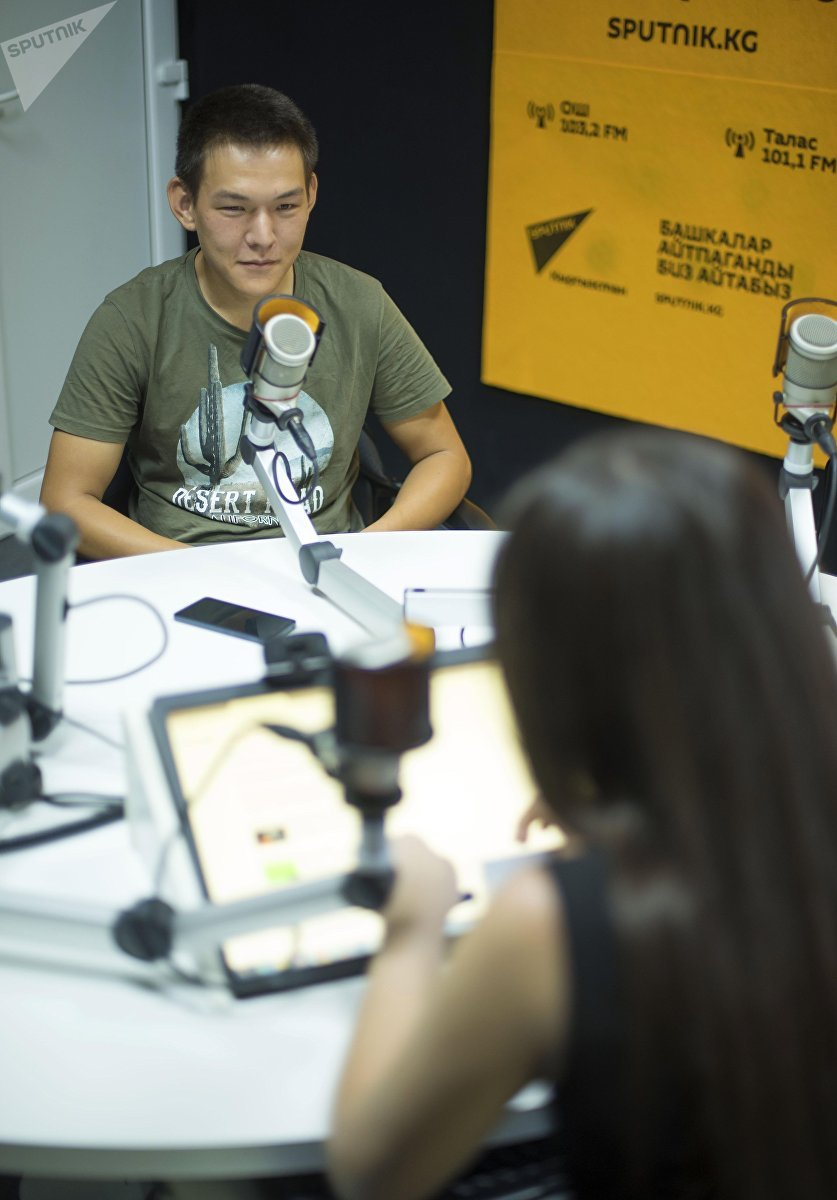 Слабовидящий парень Сейтек Абдылхаиров во время интервью ИА Sputnik Кыргызстан