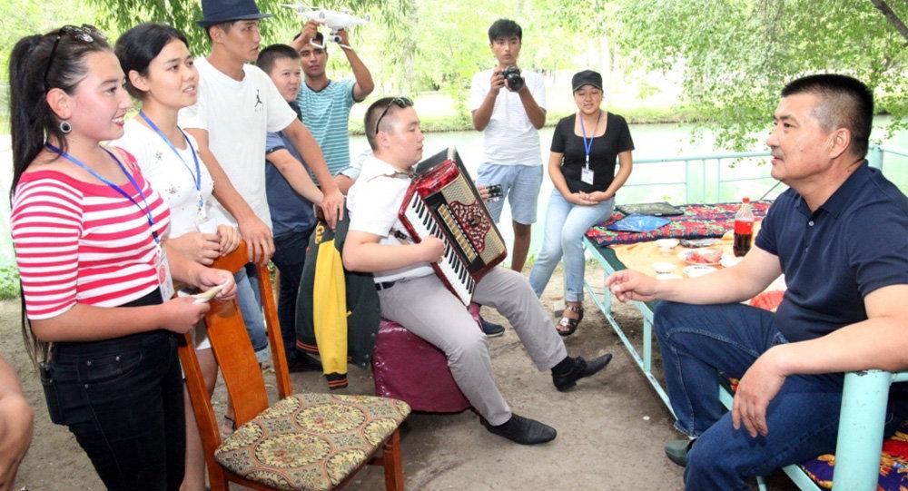 Ош шаарынын жетекчиси Айтмамат Кадырбаев жаштар күнүн утурлай шаардагы жаштар менен жолукту