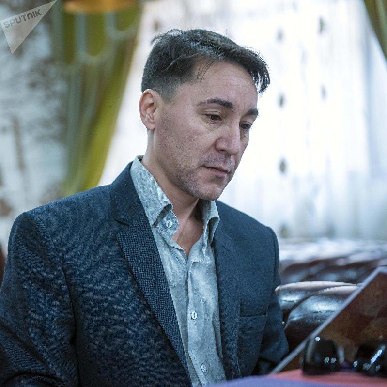 Бишкекский писатель-фантаст Данияр Каримов во время интервью