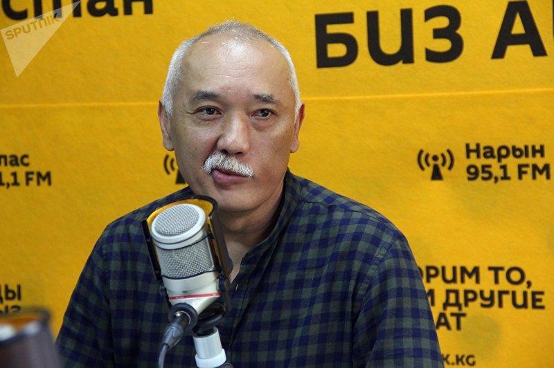 Колумнист Эркин Джаманбаев в студии во время интервью Sputnik Кыргызстан