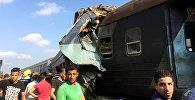 Люди на месте крушения двух поездов, которые столкнулись возле станции Хоршид в прибрежном городе Египта в Александрии.