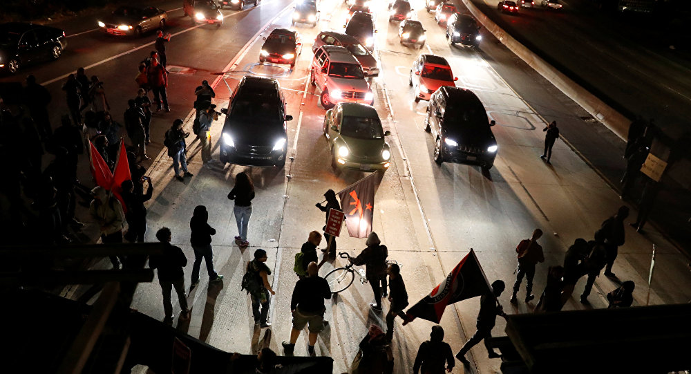 В американском штате Виргиния автомобиль врезался в толпу митингующих против акции ультраправых