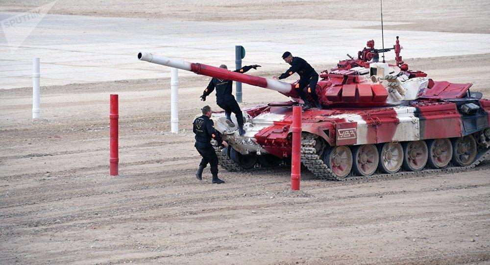 Экипаж команды армии России в полуфинальной эстафете на соревнованиях по танковому биатлону Армейских международных Игр-2017 на подмосковном полигоне Алабино.