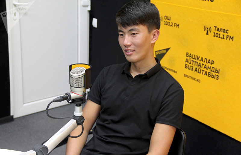 Молодой предприниматель, сварщик, мастер кованных изделий Нуристан Камчыбеков во время интервью Sputnik Кыргызтан