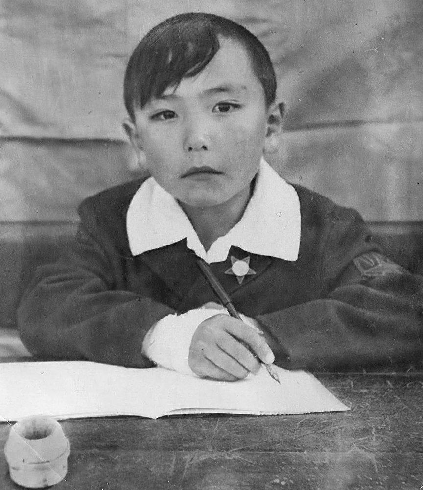 Музыкант и народный артист КР Курмангазы Азыкбаев в детстве
