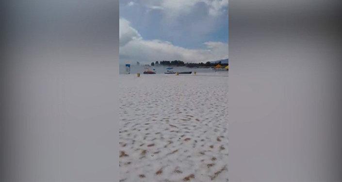 Пляж белый, словно зимой, — видео с побережья Иссык-Куля после града