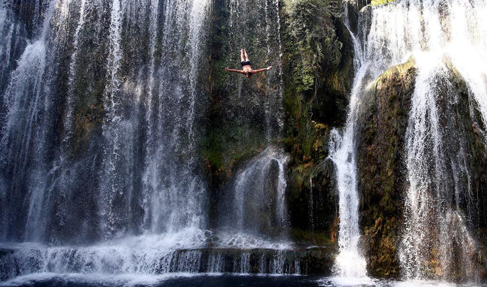 Международные соревнования по прыжкам с водопада в Яйце