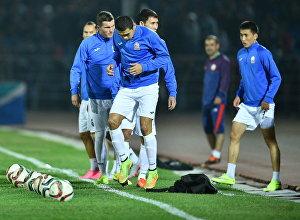 Кыргызстандын футбол оюнчулары машыгуу учурунда. Архив
