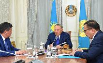 Архивное фото президента Казахстана Нурсултана Назарбаева и премьер-министра Кыргызстана Сооронбая Жээнбекова