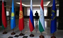 Флаги Белоруссии, Казахстана, Киргизии, России, Таджикистана и Организации Договора о коллективной безопасности (ОДКБ). Архивное фото
