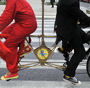 Люди на велосипеде тандеме. Архивное фото