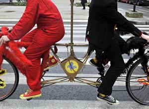 Тандем велосипеддер. Архивдик сүрөт