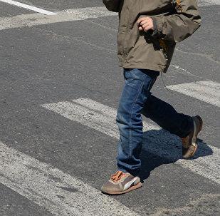Мальчик переходит дорогу. Архивное фото