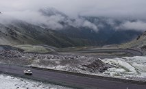 Автомобиль на перевале Тоо-Ашуу на автодороге Бишкек-Ош. Архивное фото