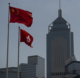 Государственные флаги КНР и Гонконга. Архивное фото