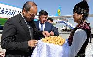 Премьер-министр Республики Узбекистан Абдулла Арипов и премьер-министр КР Сооронбай Жээнбеков в Международном аэропорту Манас