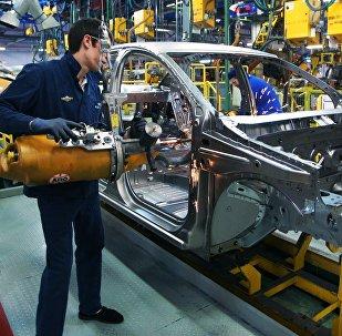 Сварочное производство на конвейере автомобильного завода. Архивное фото