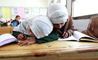 Школьницы в хиджабах. Архивное фото