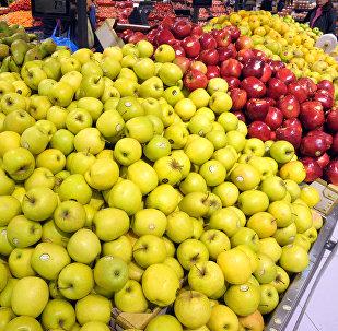 Продажа яблок в супермаркете. Архивное фото