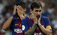 Футболисты ФК Барселона Лионель Месси и Луис Суарес после матча с мадридским Реалом на суперкубке Испании. 16 августа 2017 года