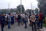 Бишкек мэриясынын алдына шаардык таштанды таштоочу жайдын жака белинде жайгашкан Алтын-Казык жаңы конушунун тургундары митингге чыгышты