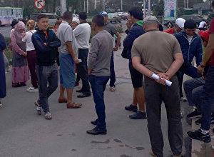 Возле мэрии проходит митинг жителей новостройки Алтын-Казык