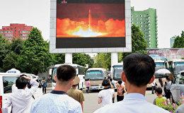 Түндүк Кореянын ракетасынын учушун караган жарандар. Архивдик сүрөт