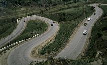 Автомобили на горной дороге. Архивное фотоф