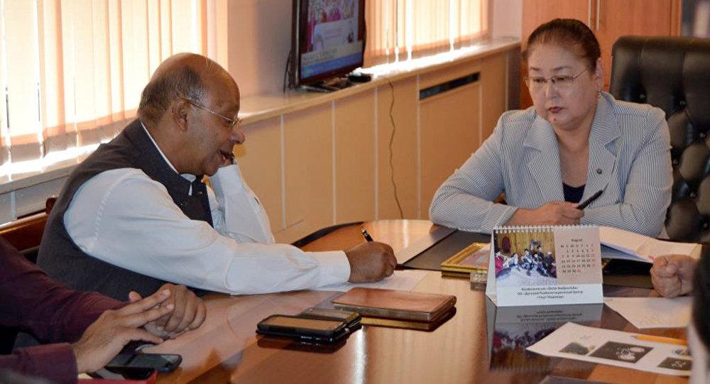 В столичном муниципалитете вице-мэр Айгуль Рыскуловой встретилась с международным координатором глобальной программы по сохранению снежного барса и его экосистемы Костубх Шарма.