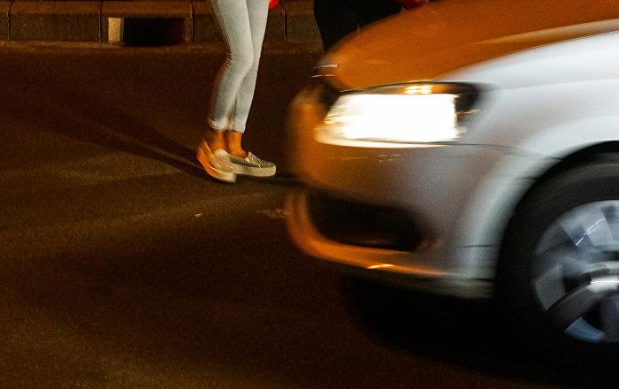 Пешеходы пересекает дорогу. Архивное фото