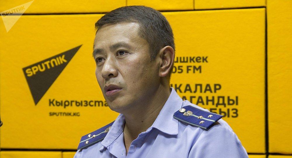 Мамлекеттик салык кызматынын ага инспектору Өзөрбек Молдобаев. Архивдик сүрөт