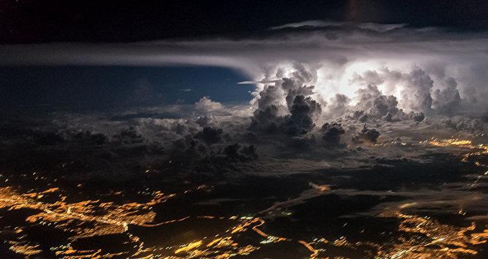 Снимки грозовых облаков и разрядов молний пилотом Борха Лопесом