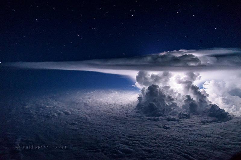 Пилот Boeing 747 одной из эквадорских авиакомпаний Сантьяго Борха Лопес из кабины авиалайнера снимает потрясающие картины грозовых облаков и разрядов молний