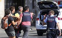 Помощь пострадавшему в теракте, микроавтобус въехал в толпу прохожих в районе Рамбла Барселоны