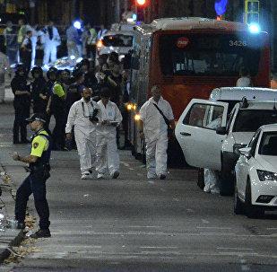 Полицейские прибывают в оцепленную зону, где фургон въехал в толпу, убив 13 человек и ранив более 80 на Рамбла в Барселоне 17 августа 2017 года