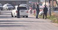 Сотрудники МВД проверяют автомашины на дороге в Дордое