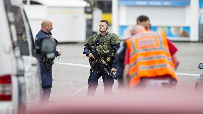 Сотрудники полиции на месте нападения неизвестного с ножем на людей в финском городе Турку. 18 августа 2017 года