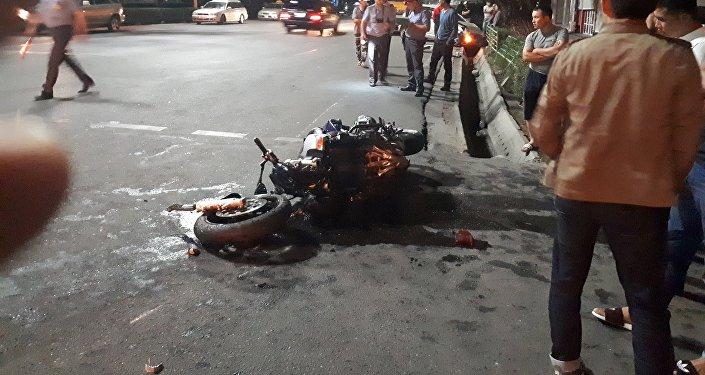 19 августа мотоциклист двигался по проспекту Чуй и на перекрёстке с улицей Тоголока Молдо столкнулся с автомобилем Toyota Passo