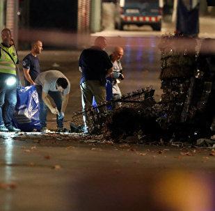Сотрудники правоохранительных органов и эксперты на месте теракта в центре Барселоны