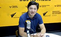 НТС телеканалынын диктору Мирзат Муканов маек учурунда