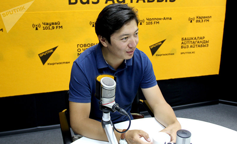 Диктор телеканала НТС Мирзат Муканов во время интервью Sputnik Кыргызстан
