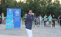 Певец Мирбек Атабеков на открытии музыкальных вечеров на Южных воротах в Бишкеке