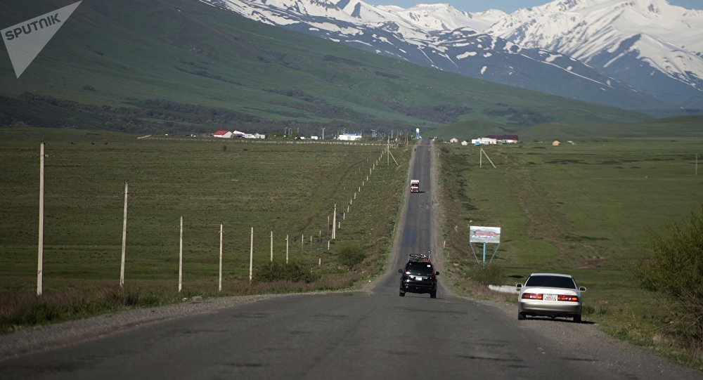 Автомобили на трассе Бишкек — Ош. Архивное фото