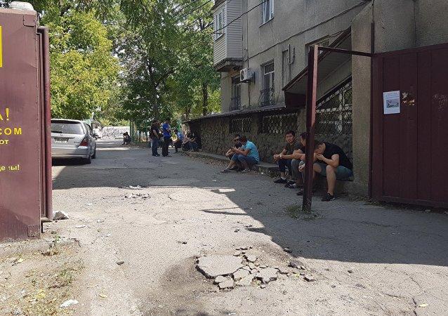 Проавдцы около здания ЦУМа в Бишкеке, куда поступило сообщение, о заложенной бомбе