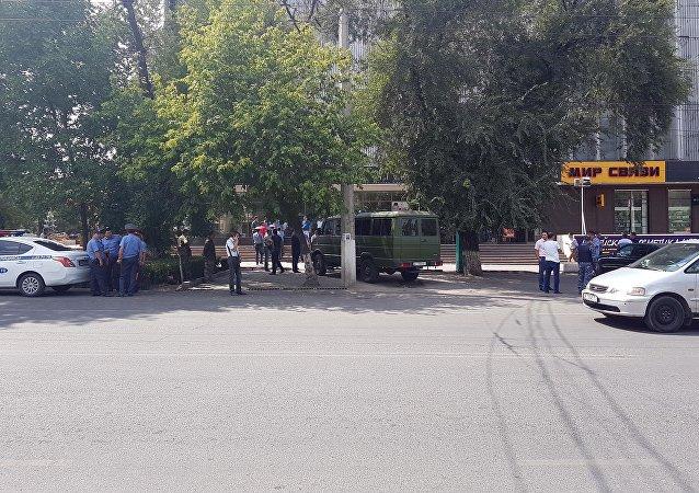 Сотрудники милиции и кинологи у здания ЦУМа в Бишкеке, куда поступило сообщение, о заложенной бомбе