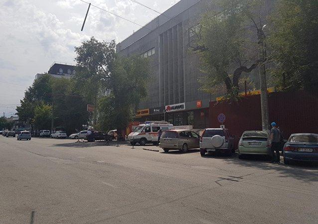 Автомобиль скорой помощи у здания ЦУМа в Бишкеке, куда поступило сообщение, о заложенной бомбе