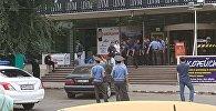 Сотрудники милиции у здания ЦУМа в Бишкеке, куда поступило сообщение, о заложенной бомбе. Архинвое фото