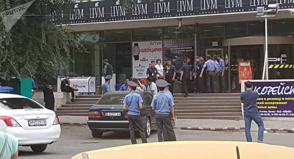 ЦУМдун алдында турган милиция кызматкерлери. Архивдик сүрөт