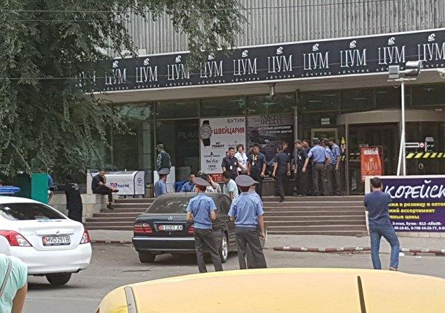 Сотрудники милиции у здания ЦУМа в Бишкеке, куда поступило сообщение, о заложенной бомбе