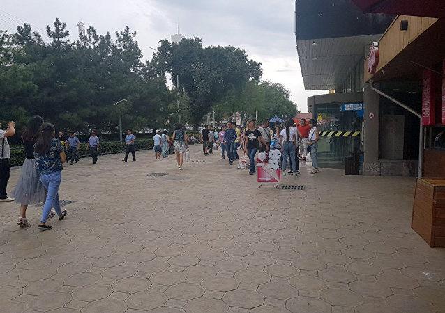 Люди у здания ЦУМа в Бишкеке, куда поступило сообщение, о заложенной бомбе